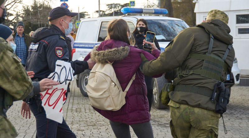 Кого задержали на акциях в Крыму. Первые имена